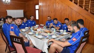 Maç Yorgunluğunu Yemekte Attılar