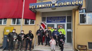 Minik İkra'dan Polis Amcalarına Çiçekli Kutlama