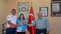 Başkan Püsküllü Şampiyon Karateciyi Ödüllendirdi