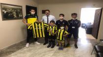 Fenerbahçeli Sporcular İmzalı Forma Hediye Ettiler
